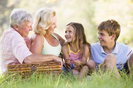 abuelos: Los abuelos tienen un picnic con los nietos.