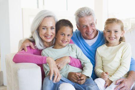 abuelitos: Los abuelos posando con los nietos.