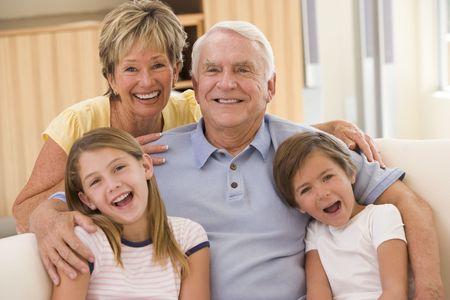 Großeltern mit Enkel stellen. Lizenzfreie Bilder - 3460296