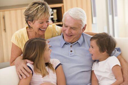 abuelos: Abuelos con nietos riendo. Foto de archivo