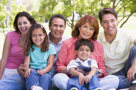 Familie im Freien sitzen lächelnd Lizenzfreie Bilder - 3460478