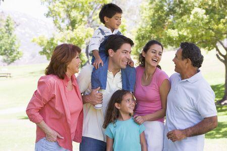 nios hispanos: Familia extensa en el parque sonriendo  Foto de archivo