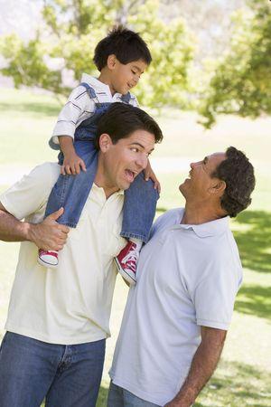 shoulder ride: Con el abuelo y nieto, hijo adulto Foto de archivo