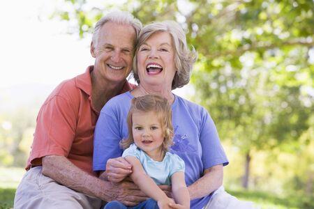 abuelos: Abuelos con nieta en el parque Foto de archivo