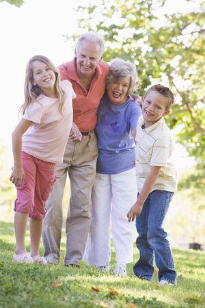 abuelitos: Los abuelos con los nietos ri�ndose.