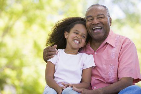 abuelos: Abuelo y nieta sonriendo al aire libre