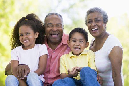 Los abuelos con los nietos riéndose.