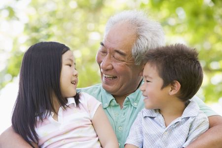 abuelo: Abuelo riendo con sus nietos.