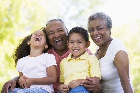 abuelos: Los abuelos con los nietos ri�ndose.