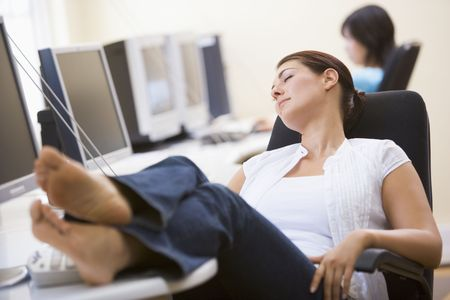 perezoso: Mujer en el sala de ordenadores para dormir Foto de archivo