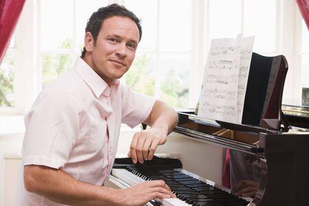 joueur de piano: Homme de jouer du piano Banque d'images