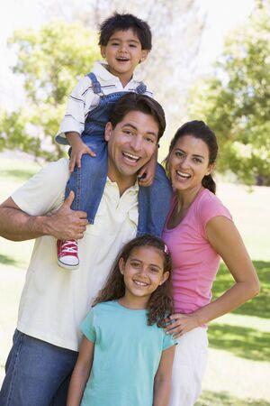 shoulder ride: Familia sonriente al aire libre