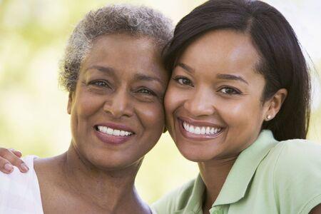 mama e hija: Dos mujeres al aire libre sonriente