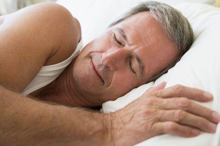 gente durmiendo: El hombre tumbado en la cama para dormir