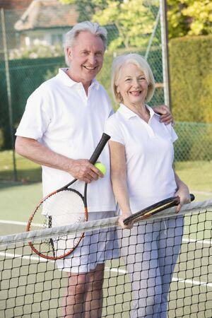 jugando tenis: Pareja jugar al tenis y sonriente  Foto de archivo