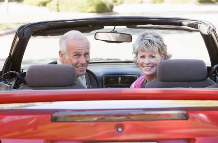 cabrio: Echtpaar in converteerbare auto glimlachende Stockfoto