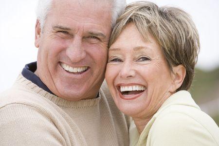 ancianos felices: Pareja en la playa sonriente