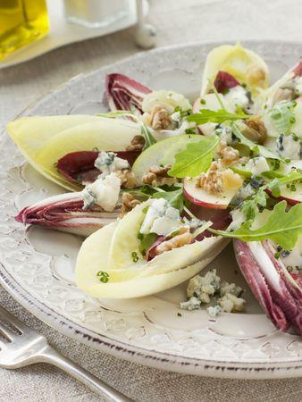 endivia: Ensalada de endibias y nueces de Apple con Roquefort Vinaigrette