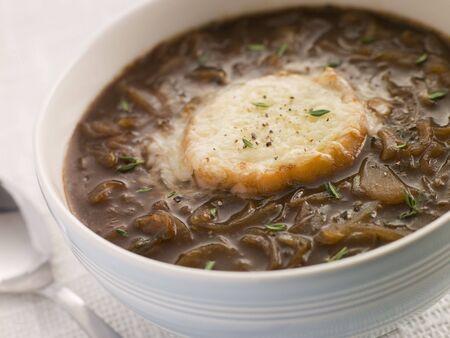 potage: Taz�n de sopa de cebolla francesa con queso de cabra Crouton
