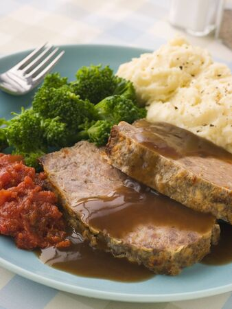 jus: Mama's Meatloaf met Mashed Potato Broccoli Tomaten en Gravy Stockfoto