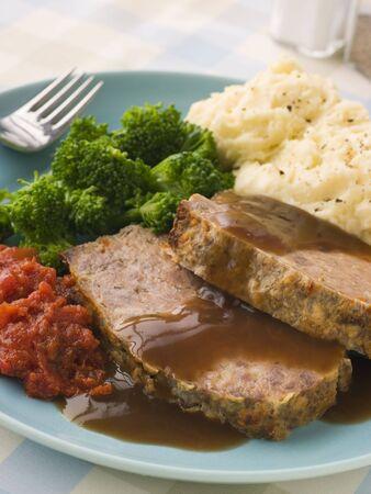 albondigas: Mama's Meatloaf Pur� de papa con br�coli y tomates Salsa Foto de archivo