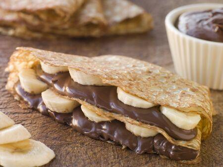 crepas: Crepes rellenos de pl�tanos con chocolate y avellanas Spread Foto de archivo