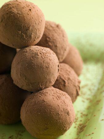 trufas de chocolate: Trufas de chocolate en un plato