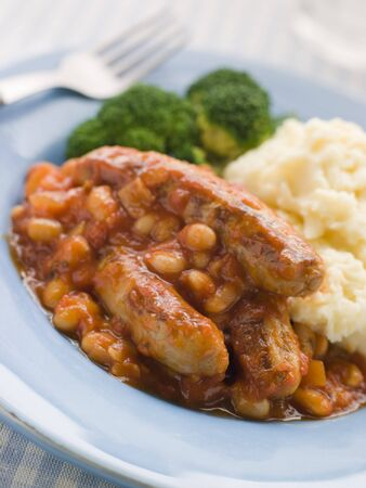 florets: Sausage and Baked Bean Casserole with Mashed Potato and Broccoli Stock Photo