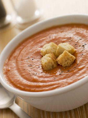 potage: Cuenco de sopa de tomate con Croutons