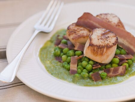 uk cuisine: Pan Fried Scallops with Peas and Bacon