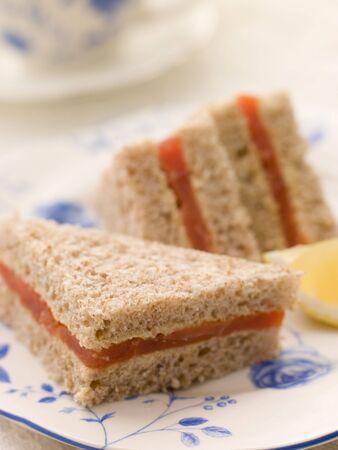 salmon ahumado: Sandwich salm�n ahumado en pan marr�n con t� de la tarde