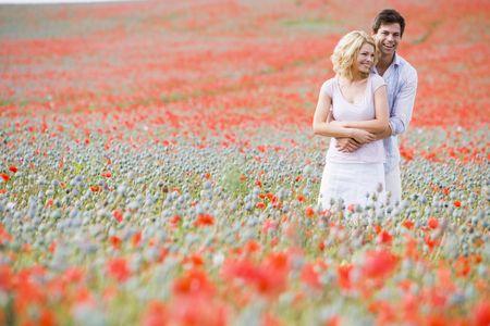 poppy field: Paar in papaver veld omarmen en glimlachen