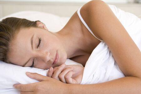 gente durmiendo: Mujer en la cama para dormir