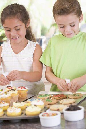 decoracion de pasteles: Dos ni�os en la decoraci�n de cocina galletas sonriente