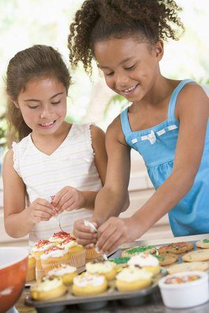 decoracion de pasteles: Dos ni�os en la decoraci�n de cocina cookies sonriente  Foto de archivo