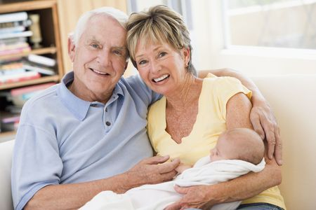 Los abuelos que viven en la habitación con bebé sonriente
