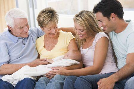 Familie im Wohnzimmer mit Baby l�chelnd  Stockfoto - 3507192