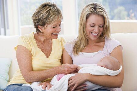 Großmutter und Mutter im Wohnzimmer mit Baby lächelnd Lizenzfreie Bilder - 3507157