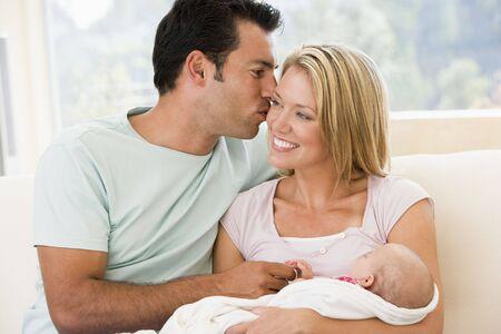 12 month old: Coppia in soggiorno con bambino sorridente