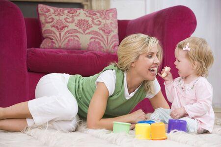 comiendo platano: Madre en la sala de comer pl�tano y sonriente