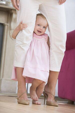 12 month old: Madre nel soggiorno con bambino Archivio Fotografico