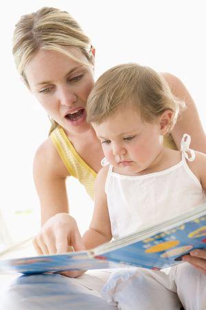 bebe sentado: Madre y beb� libro de lectura interior y apuntando