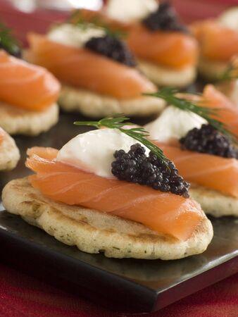 Blinis au saumon fumé Canap s à la crème sûre et du caviar