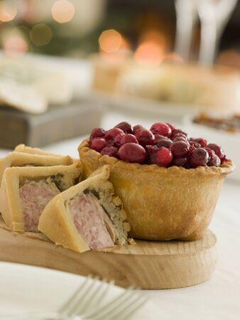 botanas: Carne de cerdo y pavo relleno y pastel de ar�ndano juego Pie  Foto de archivo