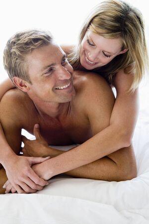 pareja en casa: Pareja en la cama sonriendo Foto de archivo
