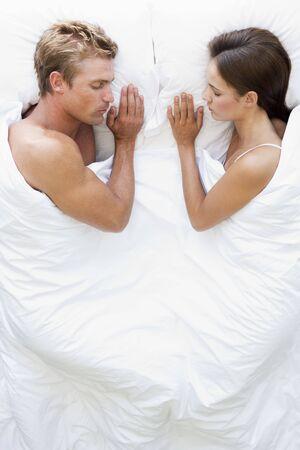 pareja en la cama: Pareja en la cama para dormir Foto de archivo