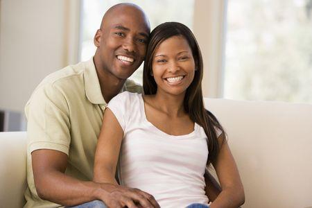 couple afro americain: Couple dans le salon en souriant