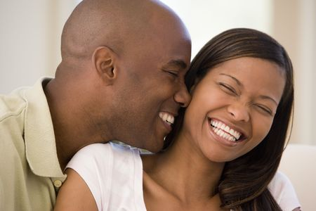 coppia in casa: Coppia in salotto sorridendo Archivio Fotografico