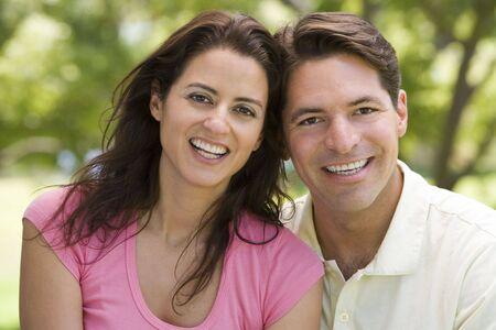 mid adult couple: Joven sonriente al aire libre