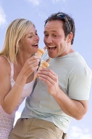 eating ice cream: Matura mangiare all'aperto gelati e sorridente